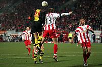 Kopfballduell zwischen Christoph Metzelder (Borussia Dortmund, l.) und Milorad Pekovic (M.), daneben Nikolce Noveski (r., beide FSV Mainz 05)