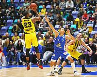Elgin Cook (MHP Riesen Ludwigsburg) gegen Shawn Huff (Fraport Skyliners) - 04.02.2018: Fraport Skyliners vs. MHP Riesen Ludwigsburg, Fraport Arena Frankfurt