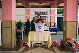 Im Kulturhaus stimmen die Menschen ab bei der Governeurswahl am  22.03.2015 l in Gagusien,  hier Wahllokal in Comrat, der Hauptstadt des autonomen Gebietes Gagausiens in dem ca. 160000 Einwohner leben, die Republik Moldau ist eines der ärmsten Länder Europas  /voting at polling station in Comrat