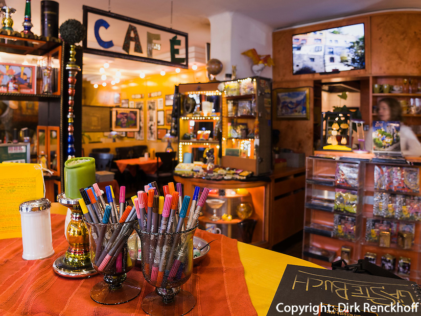 Cafè im Hundertwasserhaus, Löwengasse in Wien, Österreich<br /> Café in Hundertwasserhaus, Löwengasse, Vienna, Austria