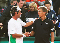 29-5-06,France, Paris, Tennis , Roland Garros, Raemon Sluiter krijgt de felicitaties van Nieminnen nadat hij heeft opgegeven en Sluiter door gaat naar de tweede ronde