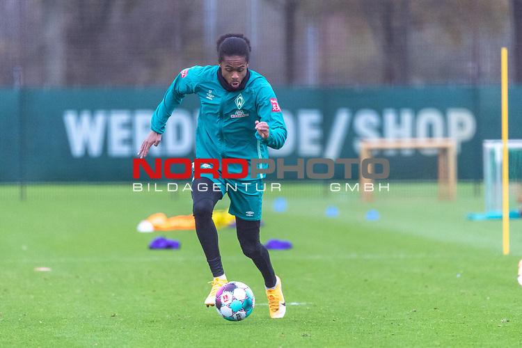 16.11.2020, Trainingsgelaende am wohninvest WESERSTADION - Platz 12, Bremen, GER, 1.FBL, Werder Bremen Training<br /> <br /> <br /> Tahith Chong (Werder Bremen #22) <br />  ,Ball am Fuss, <br /> <br /> <br /> Foto © nordphoto / Kokenge *** Local Caption ***