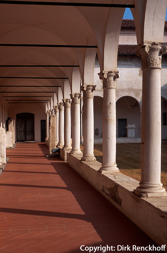 Italien, Lombardei, Kreuzgang im Museo Santa Giulia in Brescia
