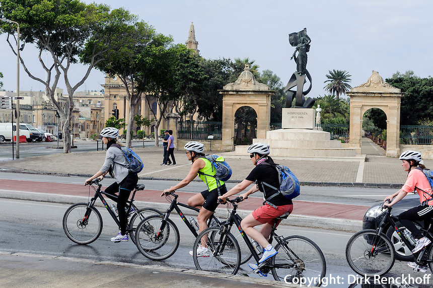 Radler vor dem Unabhängigkeitsdenkmal im Florianapark in Valletta, Malta, Europa