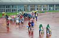 Nederland - Amsterdam -  September 2018.      De Nationale Rollatorloop in het Olympisch Stadion vond dit jaar plaats in de stromende regen. De Rollatorloop is speciaal in het leven geroepen om elkaar op te peppen om in beweging te blijven. Zorgpersoneel, vrijwilligers en familie begeleiden de deelnemers.   Foto mag niet in negatieve context worden gepubliceerd.   Foto Berlinda van Dam / Hollandse Hoogte
