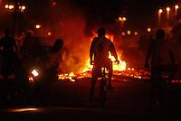 Manifestantes de moto e bicicleta em frente a grandes fogueiras feitas na Pa 150.durante vários confrontos que se espalharam pela cidade de Tailândia. Após apreensão madeireira de mais de 10000 metros cúbicos que deveriam ser levadas para Belém pelos fiscais da Sema que sairam da cidade após serem detidos por madeireiros.<br /> Em uma operação iniciada na última segunda feira as 7:30 horas da manhã nos arredores de Tailândia(sul do Pará), cerca de 120 homens com 30 viaturas,  da Polícia Militar do estado do Pará, polícia civil e agentes do Ibama medem toras de madeira na madeireira Catarinense, suspeita de iregularidade. Durante a operação já foram apreendidas cerca de 10.000 mts cúbicos de espécimes diversas como Jatobá, Mata mata e angelim  com 4 prisões. Até agora seis serrarias uma carvoaria e uma mineradora(areia) já foram autuadas.<br /> Tailândia Pará Brasil<br /> 19 02 2008<br /> Foto Paulo  Santos