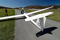 Startbereit in Ridge: AMERIKA, VEREINIGTE STAATEN VON AMERIKA,PENNSYLVANIA,  (AMERICA, UNITED STATES OF AMERICA), 09.04.2006: Startbereit in Ridge Soaring, LS6, Flugplatz, .