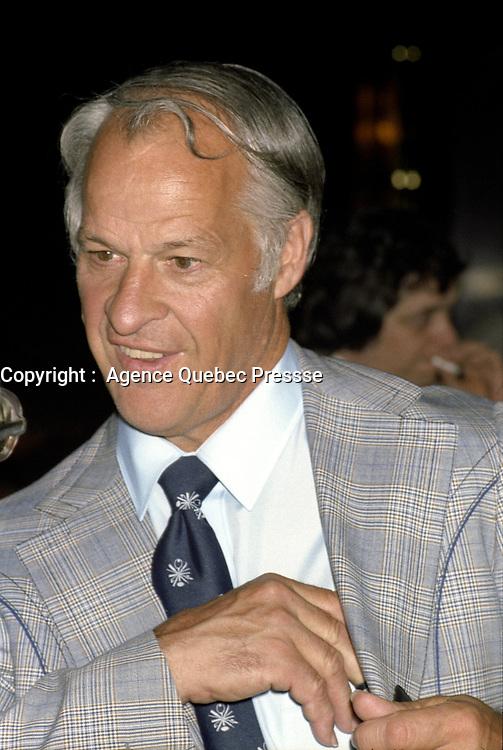 Bobby Orr<br />  lors de la remise des trophes de la  LNH, le 1er juin 1980.<br /> <br /> Gretzky a entre-autre recu le Trophé HART.<br /> <br /> PHOTO : Agence Quebec Presse