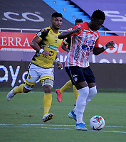 BARRANQUILLA - COLOMBIA, 06-02-2021: Dany Rosero de Atletico Junior y Jairo Molina de Alianza Petrolera disputan el balon, durante partido entre Atletico Junior y Alianza Petrolera, de la fecha 5 por la Liga BetPlay DIMAYOR I 2021 jugado en el estadio Metropolitano Roberto Melendez de la ciudad de Barranquilla. / Dany Rosero of Atletico Junior and Jairo Molina of Alianza Petrolera battle for the ball, during a match between Atletico Junior and Alianza Petrolera of the 5th date for BetPlay DIMAYOR I 2021 League played at the Metropolitano Roberto Melendez Stadium in Barranquilla city. / Photo: VizzorImage / Jesus Rico / Cont.