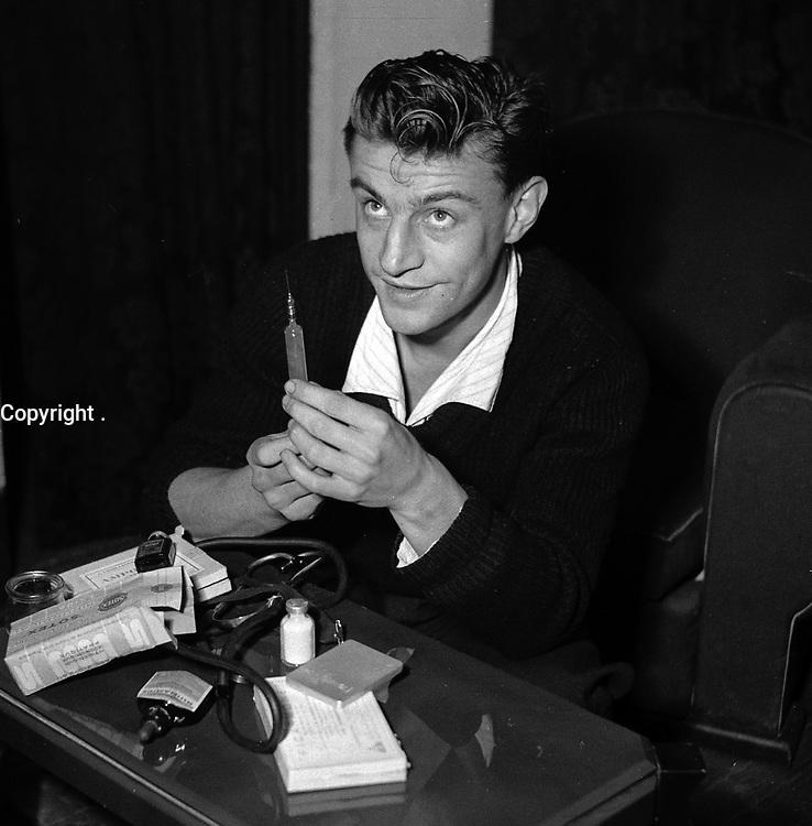 1949. Vue d'un médecin qui tient une piqure pour soigner les joueurs du Stade Toulousain.<br /> <br /> Il utilise une seringue en verre.