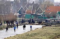 Nederland Zaanse Schans. 2018 . Winter in Zaanse Schans. Schaatsen op de slootjes.  Foto Berlinda van Dam / Hollandse Hoogte