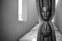 Benevento - Hortus Conclusus - L'Hortus conclusus era l'orto del convento medievale dei Padri Domenicani. Dal 1992 ospita un'installazione permanente dell'artista beneventano Mimmo Paladino, uno dei più grandi esponenti della Transavanguardia. L'Hortus vuole essere una sorta di galleria d'arte libera e immersa nel verde. Le opere dell'artista (il Cavallo, il Disco, la Testa equina, il Teschio) si alternano a resti dell'epoca romana (pezzi di colonne, di capitelli e di frontoni) creando un contrasto che comunica la complessa cultura del Sannio, e che rimane aperto a diverse interpretazioni.