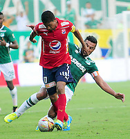 CALI - COLOMBIA -07-08-2016: Andres Perez (Der.) jugador de Deportivo Cali disputa el balón con Cristian Marrugo (Izq.) jugador de Deportivo Independiente Medellin, durante partido entre Deportivo Cali y Deportivo Independiente Medellin, por la fecha 7 de la Liga Aguila II-2016, jugado en el estadio Deportivo Cali (Palmaseca) de la ciudad de Cali. / Andres Perez (R) player of Deportivo Cali vies for the ball with Cristian Marrugo (L) player of Deportivo Independiente Medellin, during a match between Deportivo Cali and Deportivo Independiente Medellin, for the date 7 for the Liga Aguila II-2016 at the Deportivo Cali (Palmaseca) stadium in Cali city. Photo: VizzorImage  / Nelson Rios / Cont.
