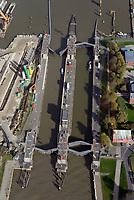 Alte Nord Ostseekanal Schleuse Brunsbuettell: EUROPA, DEUTSCHLAND, SCHLESWIG-HOLSTEIN, BRUNSBUETTEL , (EUROPE, GERMANY), 19.10.2018: Schleuse Nord-Ostseekanal von Brunsbuettel. Der Nord-Ostsee-Kanal (NOK; internationale Bezeichnung: Kiel Canal) verbindet die Nordsee (Elbmuendung) mit der Ostsee (Kieler Foerde). Diese Bundeswasserstraße ist nach Anzahl der Schiffe die meistbefahrene kuenstliche Wasserstraße der Welt.<br /> Der Kanal durchquert auf knapp 100 km das deutsche Bundesland Schleswig-Holstein von Brunsbuettel bis Kiel-Holtenau und erspart den etwa 900 km laengeren Weg um die Nordspitze Daenemarks durch Skagerrak und Kattegat.<br /> Die erste kuenstliche Wasserstraße zwischen Nord- und Ostsee war der 1784 in Betrieb genommene und 1853 in Eiderkanal umbenannte Schleswig-Holsteinische Canal. Der heutige Nord-Ostsee-Kanal wurde 1895 als Kaiser-Wilhelm-Kanal eroeffnet und trug diesen Namen bis 1948.