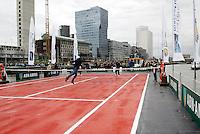 20040215, Rotterdam, ABNAMRO WTT, Schalken, Verkerk , Schuettler en de werelds nr 1 Federer slaan een balletje op een drijvende tennisbaan en varen onder de Willemsbrug door