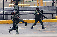 CARACAS- VENEZUELA , 30-04-2019: Levantamiento militar y ciudadano liderado  por Juan Guaidó y Leopoldo López en la base militar de La Carlota , contra el régimen de Nicolas Maduro , millones de venezolanos salieron a las calles a protestar y ponerle fin al dictador Maduro. / Military uprising and citizen led by Juan Guaidó and Leopoldo López in the military base of La Carlota, against the regime of Nicolas Maduro, millions of Venezuelans took to the streets to protest and put an end to the dictator Maduro. Photo: VizzorImage / Carolain Caballero / Contribuidor