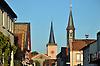 Blick durch die Hauptstraße von Eich auf die Ev. Kirche (Mitte) und das Alte Rathaus/Spritzenhaus (re)