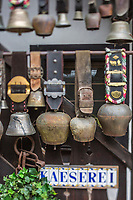Europe/Allemagne/Bade-Würrtemberg/Forêt Noire/Münstertal: Enseigne de  la fromagerie de Hans Jorg Fuchs à l'Hôtel  Spielweg - Détail cloches des vaches