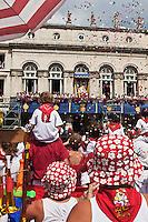 Europe/France/Aquitaine/64/Pyrénées-Atlantiques/Pays-Basque/Bayonne: Fêtes de Bayonne _ Défilé des Géants-La marionnette du Roi Léon, veille attentivement sur ses ouailles durant toutes les fêtes au Balcon de l'Hôtel de Ville