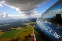Wolkenstrasse in Norddeutschland: EUROPA, DEUTSCHLAND, MECKLENBURG- VORPOMMERN, (EUROPE, GERMANY), 03.04.2015: Wolkenstrasse in Norddeutschland, Segelflugzeug fliegt unter der aufgereihten Wolkenstrasse ohne Kreis, die Thermik wird durch den Wind geordnet. Windgeschwindigkeit an dem Tag von 30 Stundenkilometer