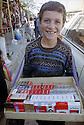 Irak 2000  Un jeune garçon vendant des cigarettes de contrebande dans les rues de Kala Diza   Iraq 2000 Young boy selling smuggled cigarettes in Kala Diza