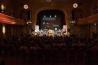 Veranstaltung der Reihe GehtAuchAnders mit einer Diskussion zur Berliner Abgeordnetenhauswahl 2016 im Heimathafen Neukoelln.<br /> Die Initiative hatte sechs Kandidaten der wahrscheinlich in der kommenden Legislaturperiode im Abgeordnetenhaus vertretenen Parteien zu einer Diskussion eingeladen. Die Kandidaten mussten sich in einer ersten Runde anonym Fragen von stadtpolitischen Gruppen stellen. Im Anschluss gab es eine Podiumsdiskussion zu stadtpolitischen Themen, bei der die Kandidaten fuer das Publikum sichtbar waren.<br /> Als Diskutanten nahmen teil: Dr. Matthias Kollatz-Ahnen, (SPD) Finanzsenator; Christian Goiny, MdA (CDU), medienpolitischer Sprecher Katrin Lompscher; MdA (Linkspartei), stellv. Fraktionsvorsitzende und Sprecherin fuer Stadtentwicklung, Bauen und Wohnen; Antje Kapek, MdA (Buendnis 90/Die Gruenen), Fraktionsvorsitzende und Spitzenkandidatin;  Bernd Schloemer (FDP), Spitzenkandidat Friedrichshain-Kreuzberg und ehem. Vorsitzender Piratenpartei; Karsten Woldeit (AfD), Platz 2 der Landesliste und Direktkandidat in Lichtenberg. Moderiert wurde die Veranstaltung von P.R. Kantate (Musiker) und Jakob Preuss (Filmemacher).<br /> Die Veranstaltung wurde von lautstarken Protesten ausserhalb und innerhalb des Veranstaltungssaal begleitet. Zwischen Anhaengern der rassistischen AfD und AfD-Gegnern kam es zu Poebeleien und Beleidigungen. Ordner verwiesen mehrere Personen aus dem Veranstaltungssaal.<br /> Die Veranstalter von GehtAuchAnders, Kuenstler aus Berlin, veranstalten in unregelmaessigen Abstaenden Diskussionsabende zu politischen Themen.<br /> Im Bild vlnr.: Bernd Schloemer (FDP); Katrin Lompscher; MdA (Linkspartei); Christian Goiny, MdA (CDU); P.R. Kantate, Moderator; ein Vertreter einer politischen Initiative; Jakob Preuss, Moderator; Matthias Kollatz-Ahnen, (SPD) Finanzsenator; Antje Kapek, MdA (Buendnis 90/Die Gruenen); Karsten Woldeit, AfD-Kandidat und Wahlkampfleiter der Partei in Berlin.<br /> 13.9.2016, Berlin<br /> Copyright: Christian-Ditsch.