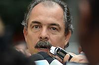 ATENCAO EDITOR: FOTO EMBARGADA PARA VEICULOS INTERNACIONAIS. SAO PAULO, 25 DE OUTUBRO DE 2012 - ELEICOES 2012 HADDAD - O Ministro da educacao Aloizio Mercadante durante coletiva de imprensa no hotel Intercontinental onde lideranca do Partido dos Trabalhadores aguardam apuracao das eleicoes, na tarde deste domingo, 28.. FOTO: ALEXANDRE MOREIRA - BRAZIL PHOTO PRESS
