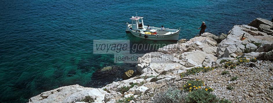 Europe/France/13/Bouches-du-Rhône/ Marseille: Avec Gaby le pécheur et son bateau de pêche de type Pointu dans les calanques