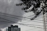 SAO PAULO, SP, 14 DE DEZEMBRO DE 2011 - CLIMA TEMPO - Nuvens carregadas nesta tarde de quarta-feira (14), no ceu da zona norte da cidade. Foto Ricardo Lou-News Fre