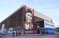 Nederland - Amsterdam - 2021. De Lasloods op het NDSM Terrein. In de loods is street-art museum Straat gevestigd. De Braziliaanse streetartist Eduardo Kobra heeft een monumentaal portret van Anne Frank gemaakt op de gevel. Foto : ANP/ Hollandse Hoogte / Berlinda van Dam