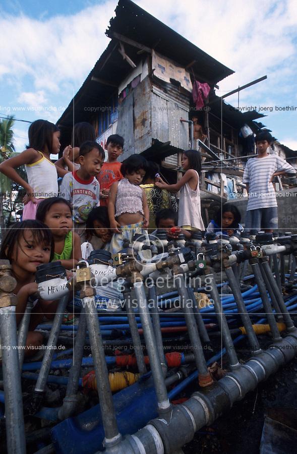 PHILIPPINES Manila, slum dweller in slum in Quezon city, water supply, locked water meter / PHILIPPINEN, Megacity Manila, Slumbewohner in Quezon City , Wasserversorgung, Wasserzaehler mit Schloss