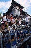 PHILIPPINES Manila, slum dweller in slum in Quezon city, water supply, locked water meter / PHILIPPINEN, Megacity Manila, Slumbewohner in Quezon City , Wasserversorgung, Wasserzaehler mit Schloss
