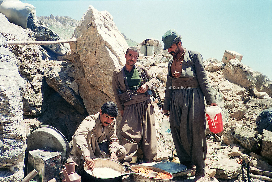 Iraq 1988 .After Anfal, peshmergas of PUK preparing food near the Iranian border.Irak 1988.Peshmergas de l'UPK preparant a manger pres de la frontiiere iranienne, apres l'Anfal