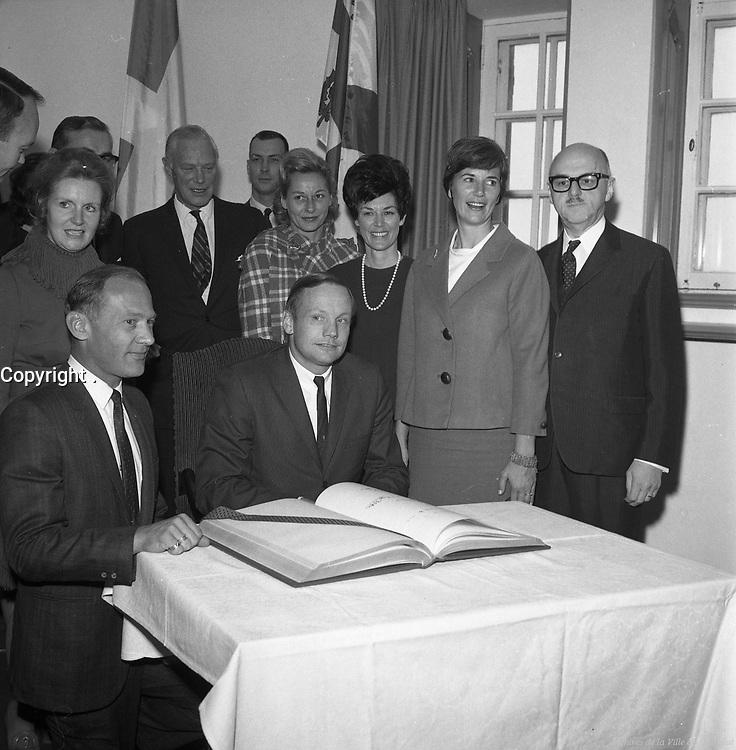 Archives de la Ville de Montréal<br /> Le maire Jean Drapeau reçoit les astronautes d'Apollo 11 (Neil Armstrong, Michael Collins et Buzz Aldrin) au restaurant Hélène-de-Champlain, 1969,