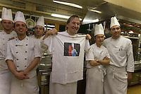 urope/Italie/Trentin Haut-Adige/Dolomites/Alta Badia/ San Cassiano: Restaurant St Hubertus à l'Hotel Rosa Alpina le Chef Norbert Niederkofler et sa brigade -avec un tee shirt à l'effigie de Paul Bocuse