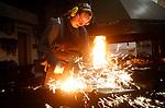 Foto: VidiPhoto<br /> <br /> ANDELST – Smid Lotte Pronk (27) demonstreert dinsdag vuurwerk 2.0. Lotte is een van de weinig vrouwelijke smeden van ons land. Samen met haar vader verzorgt ze op oudjaarsavond siervuurwerk buiten de smederij, met lange vuurstralen en vonken. De klap wordt veroorzaakt door de enorme voorhamer. Omdat vuurwerk dit jaar niet is toegestaan, bedachten de smidsdochter en haar vader Cees Pronk van Mondra Opleidingen in Andelst (Betuwe) een veilig, maar spectaculair alternatief. De vuurstralen worden veroorzaak door het ijzer bovenmatig te verhitten tot het bijna vloeibaar wordt. Door borax toe te voegen, wat voorkomt dat het ijzer verbrandt, ontstaat er een enorme vonkenregen. Het proces is al 3000 jaar bekend en werd in de oudheid al gebruikt om stukken ijzer aan elkaar te lassen. Volgens Cees Pronk is er niets mooiers dan vuurwerk maken vanuit je eigen beroepsgroep.