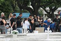 Rio de Janeiro (RJ), 26/02/2020 - Foi enterrado o contraventor Alcebiades Waldormir Paes Garcia conhecido como Bid, neta quarta-feira (26) no cemiterio Sao Francisco Xavier no Caju na Zona Portuaria no Rio de Janeiro depois ser atingido por 40 tiros em fente do seu apartamento onde mora na Barra. Bid voltava do Desfile das escola de sabmba no enterro esteve presente o presidente da Portela Luis Carlos Magalhaes. (Foto: Celso Barbosa/Codigo 19/Codigo 19)