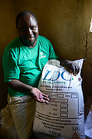 ZAMBIA, Mazabuka, Chikankata area, medium scale farmer Stephen Chinyama, contract cotton farmer for LDC Louis Dreyfuss Company, cotton seeds