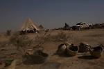 Irak - Suedlich von Kirkuk. Die Helme wurden auf der Flucht der Irakischen Armee zurueckgelassen<br /> <br /> Engl.: Asia, Iraq, south of Kirkuk, conflict area, helmets left by the Iraqi army, June 2014 <br /> <br />  || Die Front zwischen Peschmerga Kaempfern und ISIS Milizen ist schwerstens bewaffnet. Seit Tagen wird hier gekaempft mit vielen Verusten auf beiden Seiten. ISIS Kaempfer liegen zwischen 1-3km von den Peschmergas entfernt, beide haben Scharfschuetzen in Stellung gebracht. Zelte An der Front der Peschmergas.