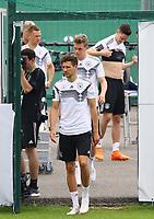 Leon Goretzka (Deutschland Germany) und Matthias Ginter (Deutschland Germany) kommen zum Training - 31.05.2018: Training der Deutschen Nationalmannschaft zur WM-Vorbereitung in der Sportzone Rungg in Eppan/Südtirol