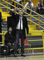 .BOGOTA - COLOMBIA - 26-04-2013: Hernan Giraldo entrenador de Academia de la Montaña da instrucciones a los jugadores durante partido en el Coliseo El Salitre en Bogotá, abril 26 de 2013. Piratas y Academia de la Montaña en partido de la quinta fecha de la fase II de la Liga Directv Profesional de baloncesto en partido jugado en el Coliseo El Salitre. (Foto: VizzorImage / Luis Ramírez / Staff). Hernan Giraldo coach of Academia de la Montaña gives instructions to the players during a match in the Salitre Coliseum in Bogota, April 26, 2013. Piratas and Academia de la Montaña in the fifth match of the phase II of the Directv Professional League basketball, game at the Coliseum El Salitre. (Photo: VizzorImage / Luis Ramirez / Staff).