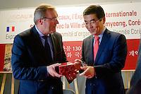 Entre Mr Germinal Peiro, président du Conseil départemental de Dordogne, et Mr Ki-Dae Yang, maire de GwanMyeong.