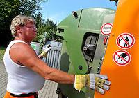 Reportage Journal - Unterwegs mit den Männern von der Abfallentsorgung - im Bild:  Lader Ralf Zabel leert einen Container. Foto: Norman Rembarz..