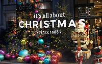Nederland  Amsterdam 14 december  2020.    Kerst in de Kalverstraat .  Foto : ANP/ HH / Berlinda van Dam