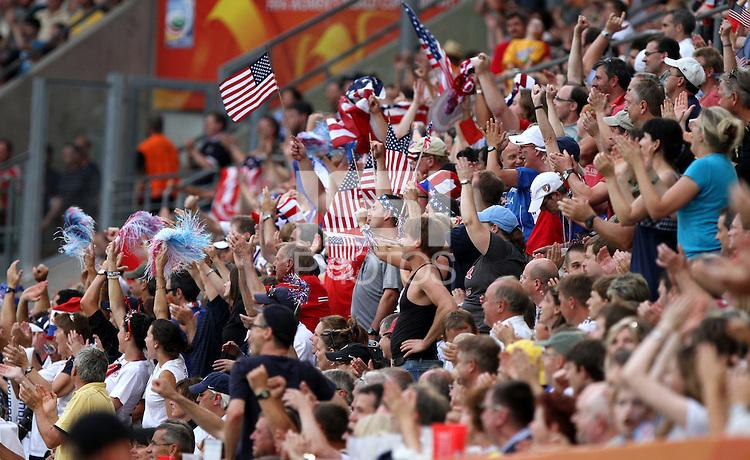 Dresden , 100711 , FIFA / Frauen Weltmeisterschaft 2011 / Womens Worldcup 2011 , Viertelfinale ,  .Brasilien (BRA) gegen USA  .amerikanische Fans jubeln über den Einzug ins Halbfinale .Foto:Karina Hessland .