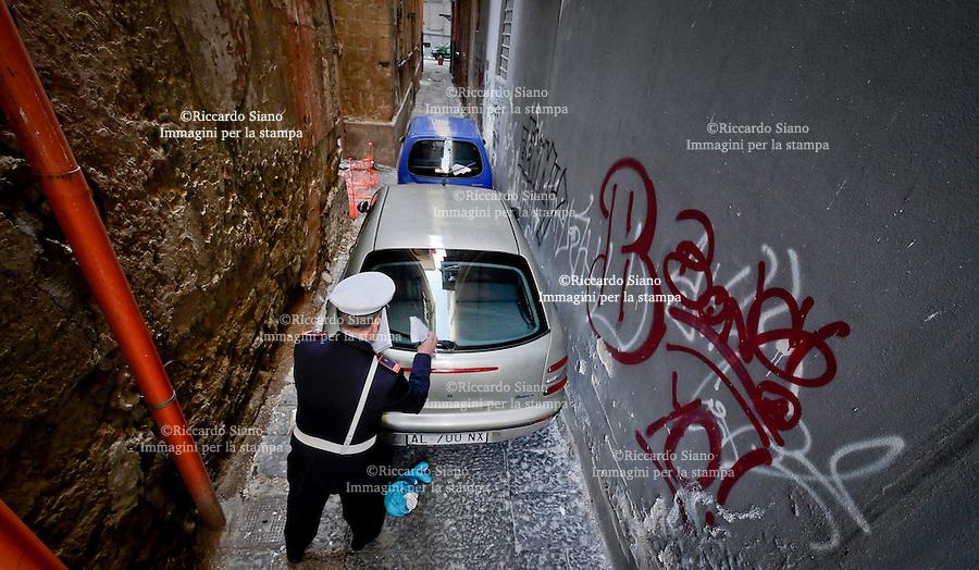- NAPOLI 6 MAR  2014 -  Ancora il rione del centro a Napoli trasformato in un parcheggio illegale per auto e moto.  la Polizia Municipale nella nella zona di Rua Catalana, a pochi passi dalla Questura e dal Municipio, dove stamattina gli agenti sono entrati in azioni per liberare, strade, vicoli e androni che non lasciavano spazio neppure ai pedoni.