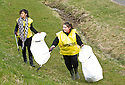 20/04/2010   Copyright  Pic : James Stewart.25_helix_litter  .::  HELIX PROJECT ::  KIDS FROM BRAES HIGH SCHOOL TAKE PART IN THE LITTER PICK AT THE FORTH & CLYDE CANAL BETWEEN LOCK 2 AND THE BLUE BRIDGE ::.