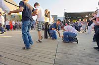 Deux jeunes securisent le plancher entre les danseur, il est 20h