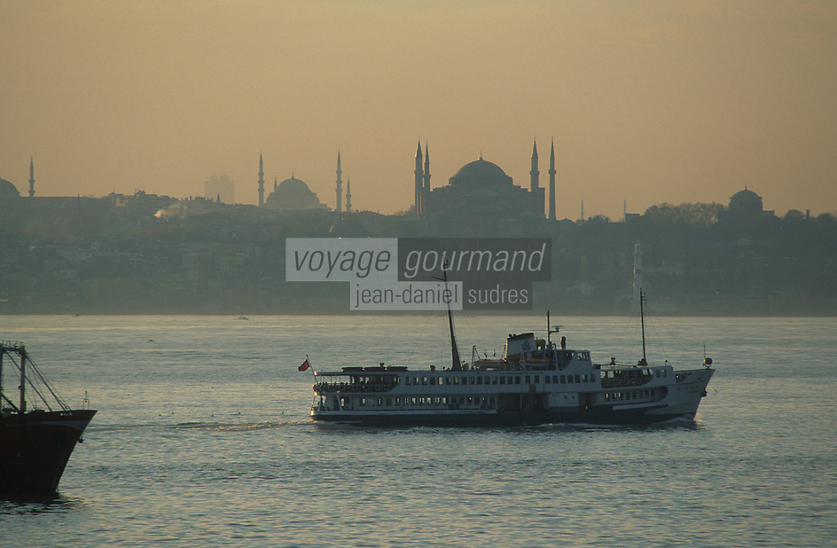 Europe/Turquie/Istanbul : Navigation sur le Bosphore - Basilique Sainte-Sophie et la mosquée Bleue //  Europe / Turkey / Istanbul: Navigation on the Bosphorus - Hagia Sophia and the Blue Mosque