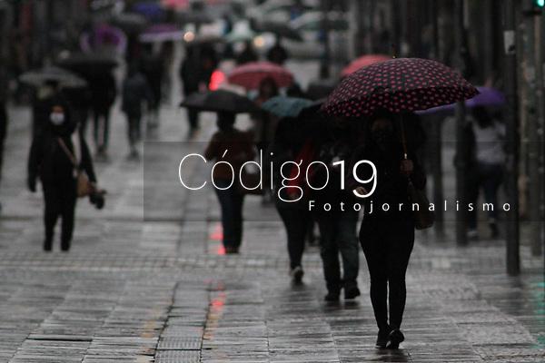 Campinas (SP), 21/08/2020 - Clima-SP - Pedestres enfrentam frio e garoa na manhã desta sexta-feira (21) na região central de Campinas, interior de São Paulo. A frente fria que chegou na cidade derrubou a temperatura que registrava 12ºC.